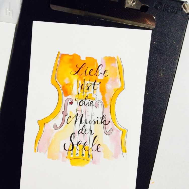 Handlettering Spruch mit einer Geige im Hintergrund