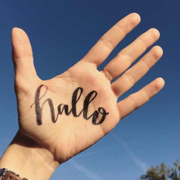 hallo - Handlettering auf einer Hand