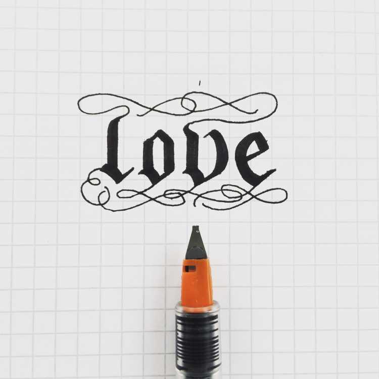 love - Lettering in schwarz mit einem Parallelpen
