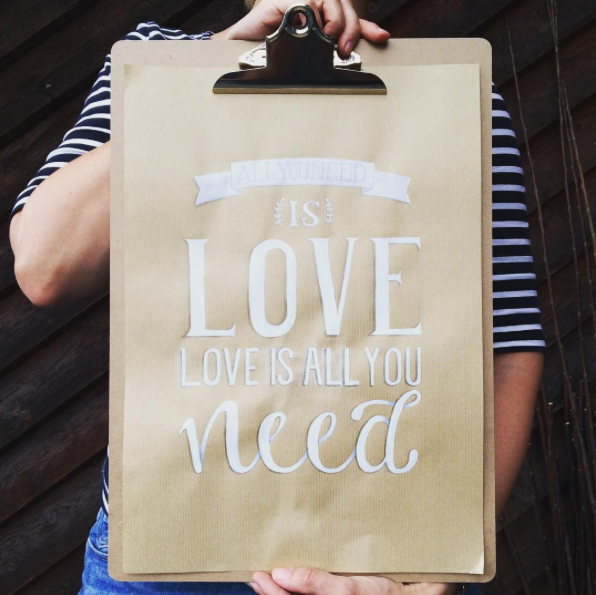 Grosses Handlettering auf Kraftpapieré All you need is love