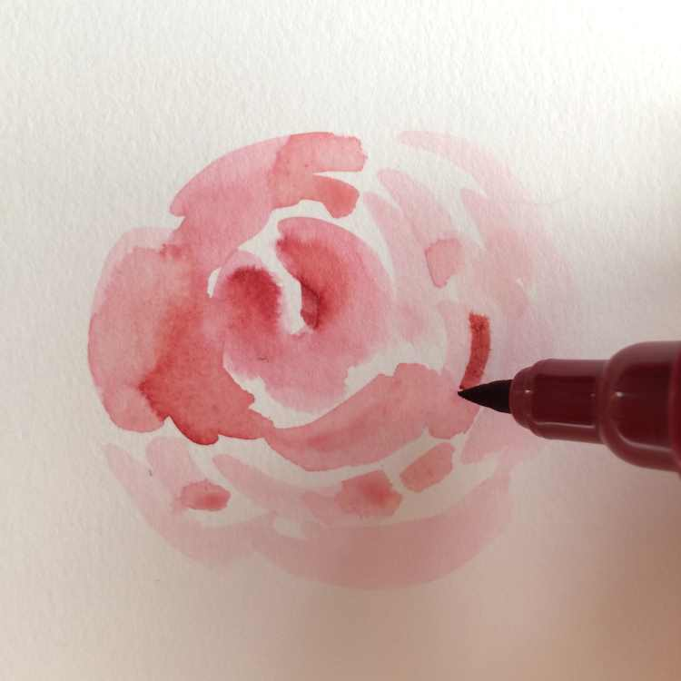 Mit dem Brushpen Farbe zur Rose hinzugeben