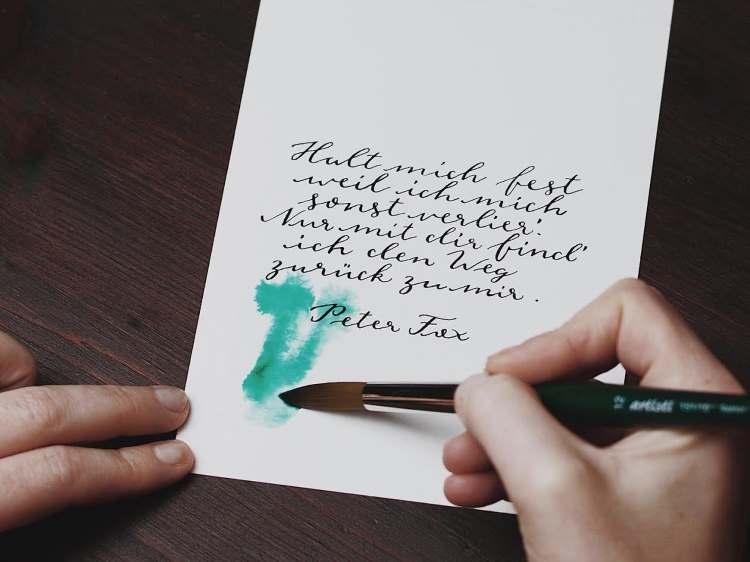 Aquarell Hintergrund auf einem Kalligrafie Spruch malen
