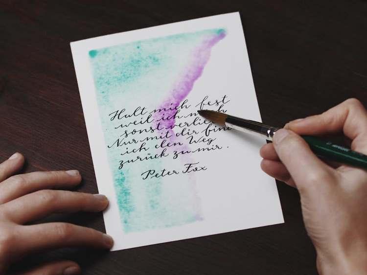 Aquarell Hintergrund auf einem Lettering malen