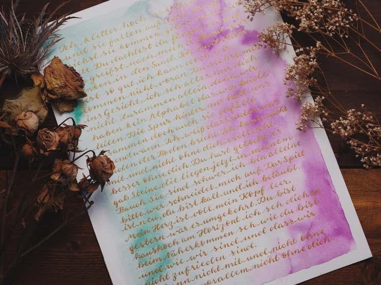 Kalligrafie Zitat A4 mit sanftem Aquarell Hintergrund