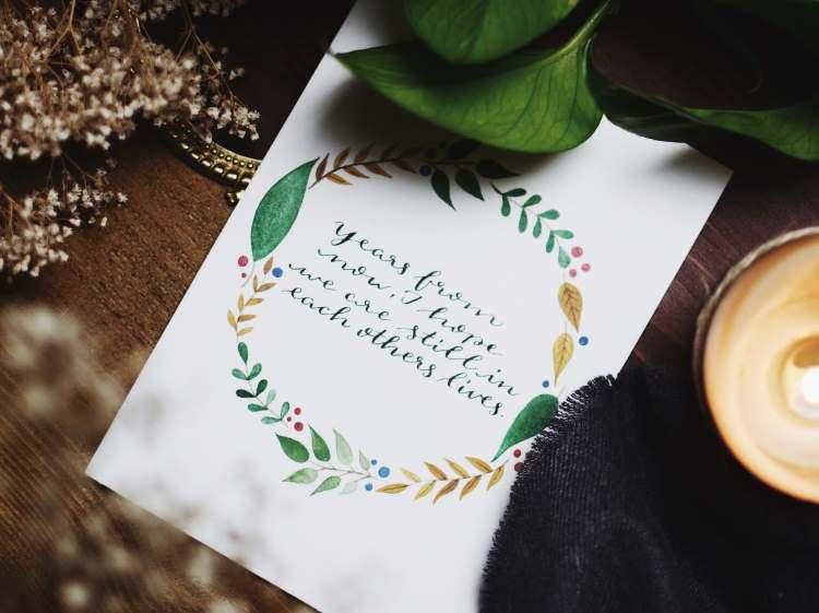 Kalligrafie Spruch mit Blumenkranz