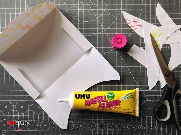 Briefumschlag zusammen leimen