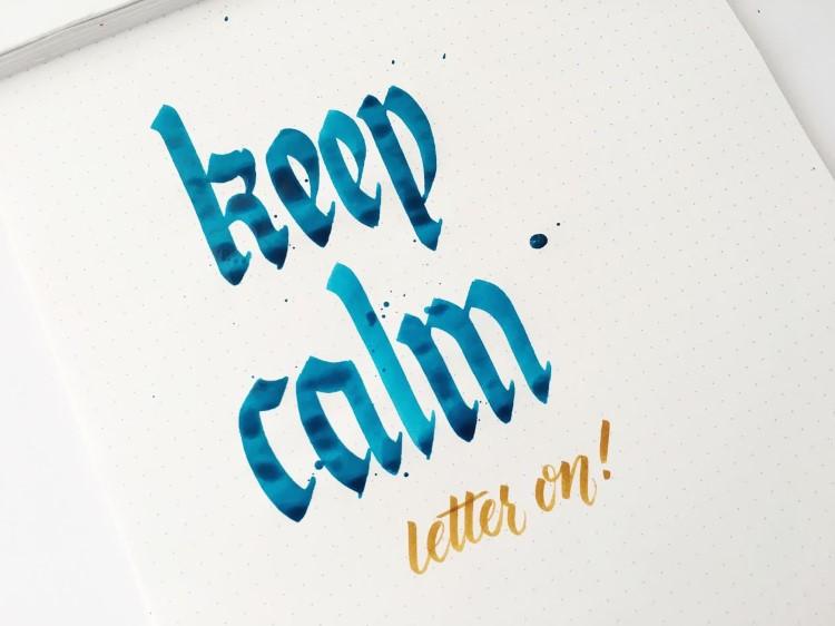 Handlettering in blau und beige - keep calm letter on