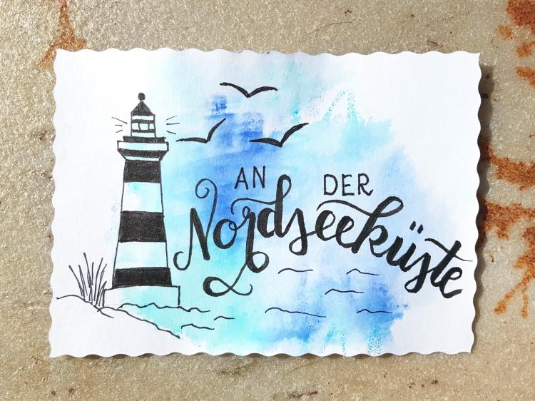 an der Nordseeküste - Handlettering mit Leuchtturm im Hintergrund