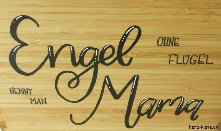 Handlettering auf Holz zum Muttertag: Engel ohne Flügel nennt man Mama