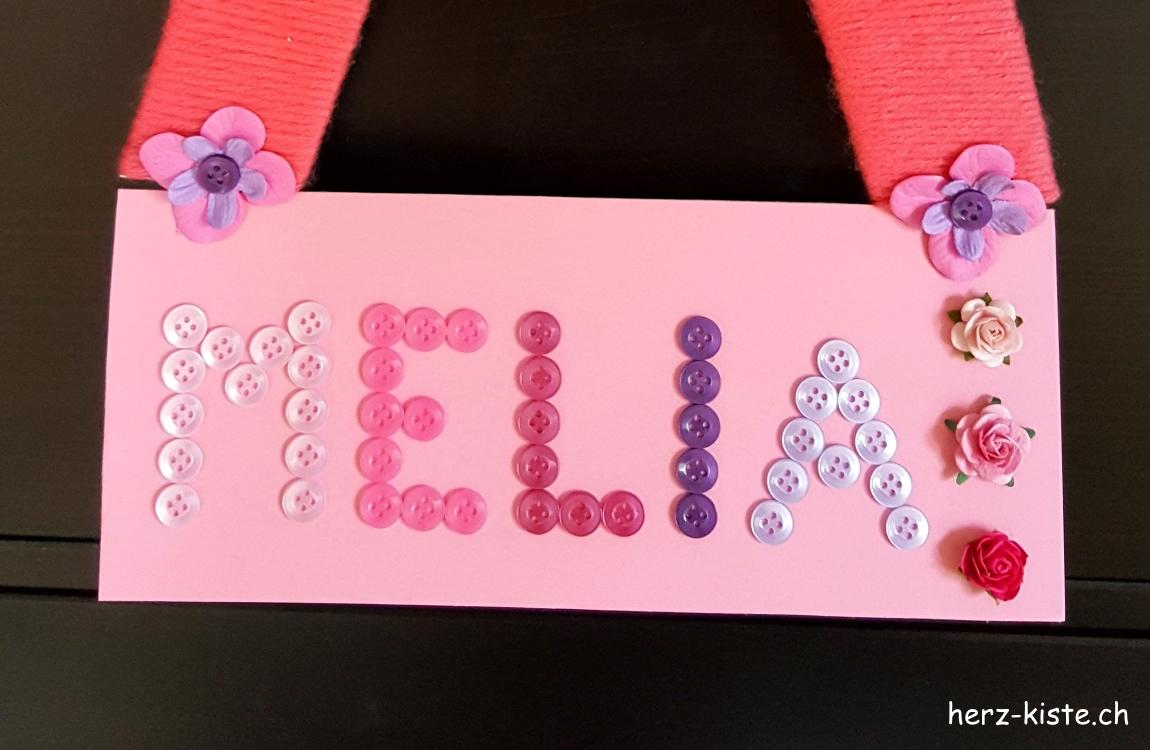 Name mit Knöpfen geschrieben für ein DIY Namensschild