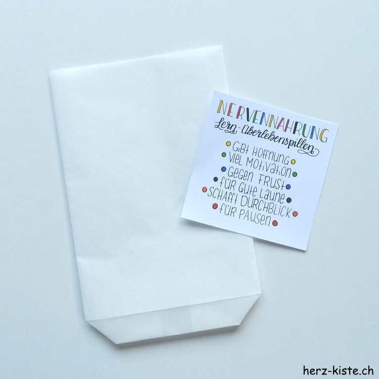 Tüte falten und Zettel mit farbigen Punkten und Erklärung der verschiedenen Hilfen der Nervennahrung
