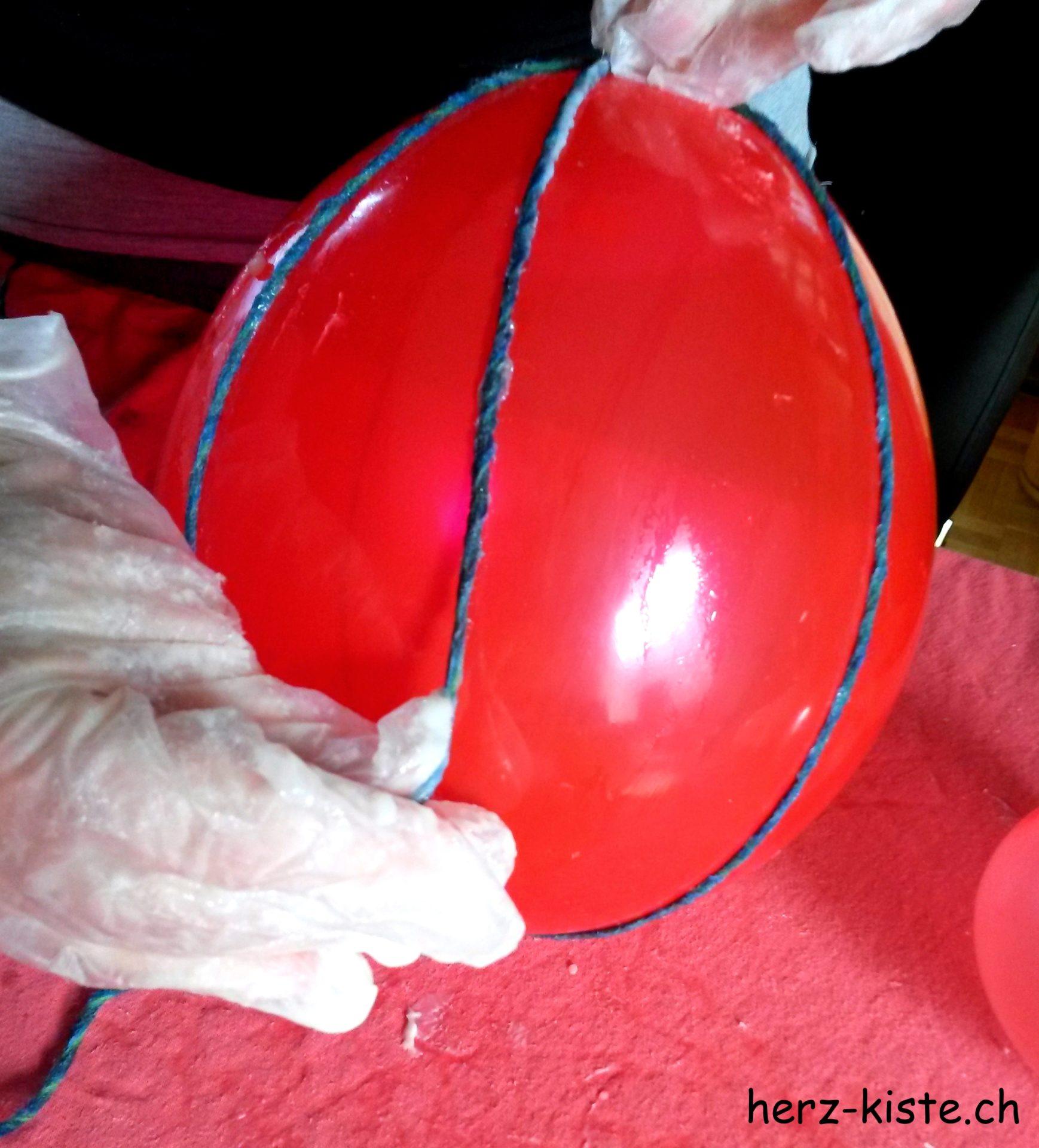 Garn mit Kleister um einen Ballon wickeln
