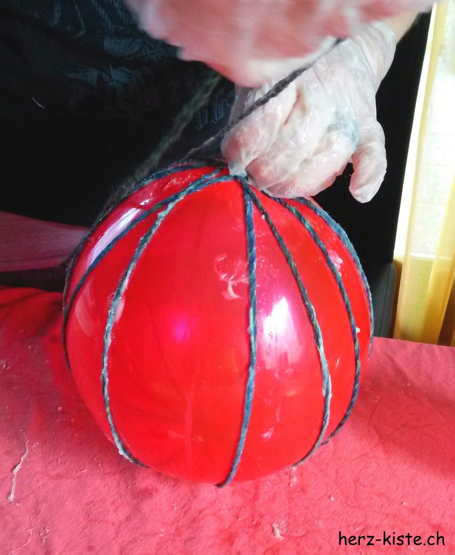 Garn um einen Ballon wickeln für selbstgemachte Osterdeko