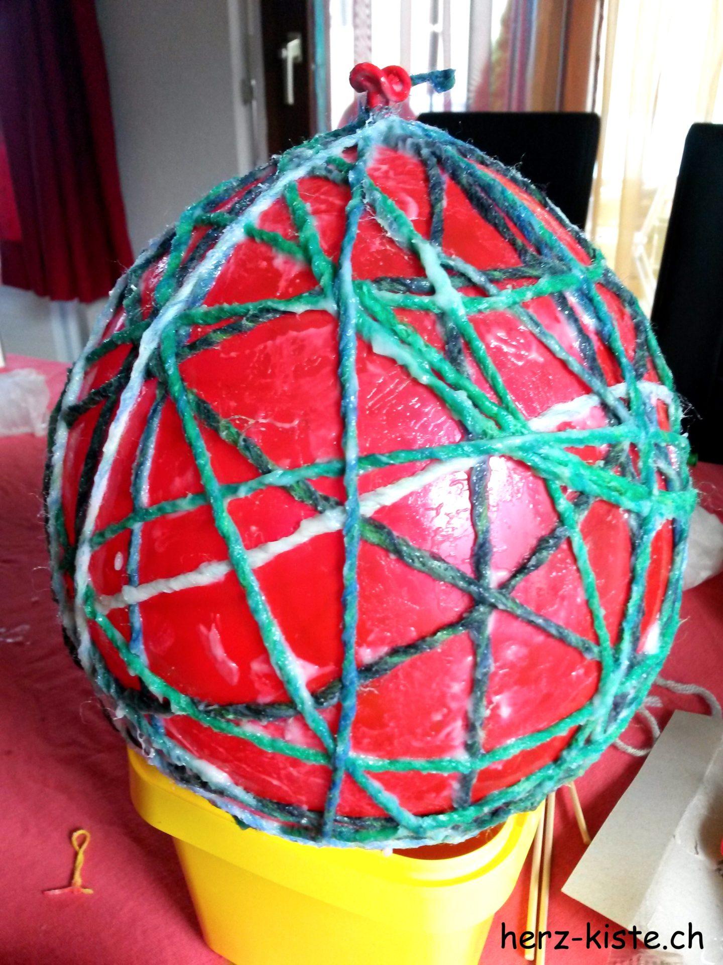 Ballon mit Wolle und Kleister umwickeln für selbstgemachte Ostereierdeko