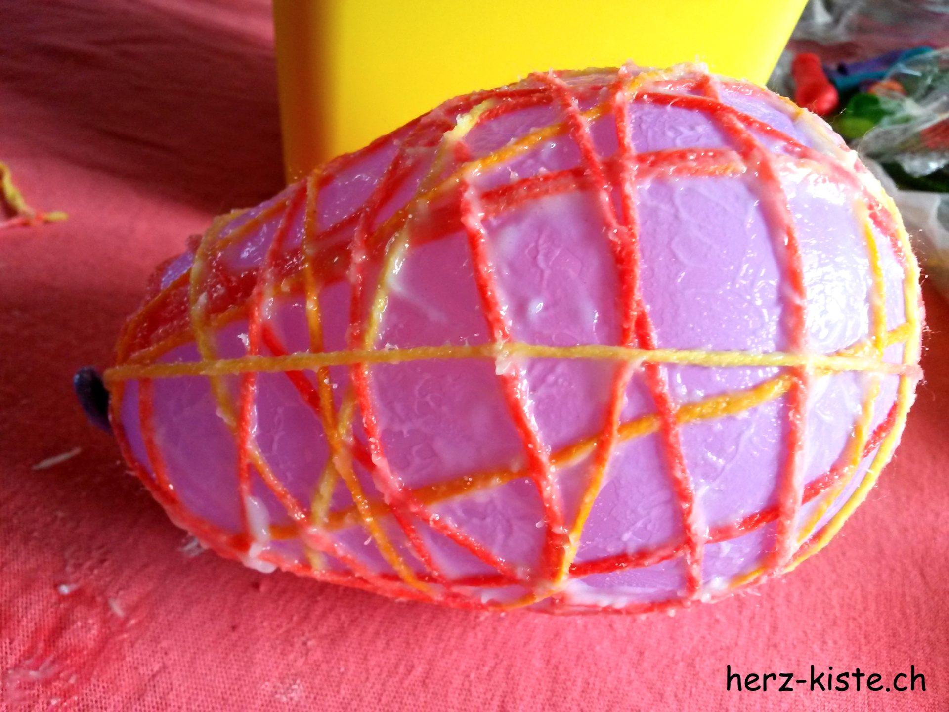 Ballon mit Kleister und Garn umwickeln für selbstgemachte Ostereier