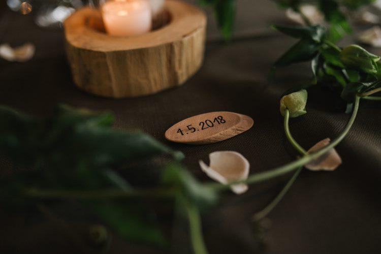 Hochzeitsdatum gelettert auf einem Holzschild