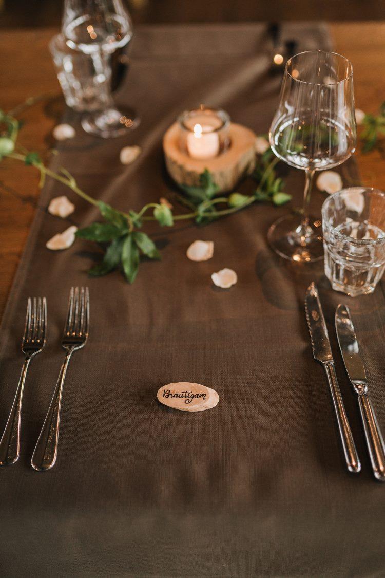 Hochzeitstisch mit Namensschild Bräutigam auf Holz