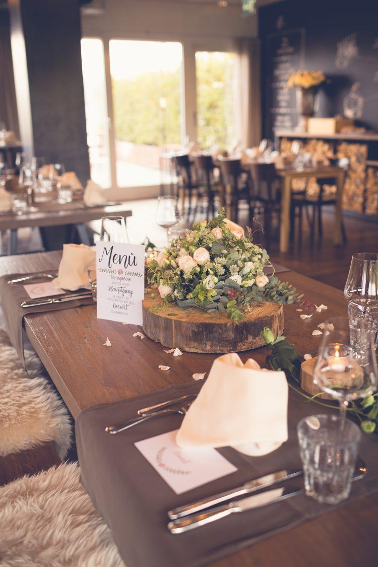 Foto eines Hochzeits mit Tischkarte und Menükarte im Lettering Stil