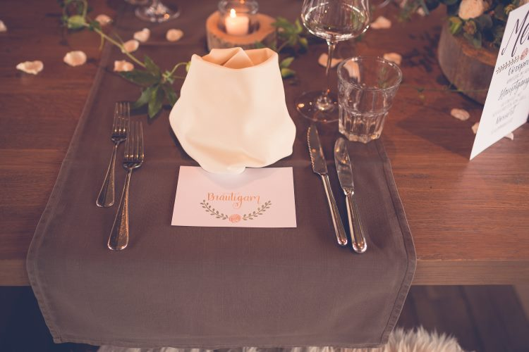 Hochzeitsdeko mit Tischkarte für den Bräutigam