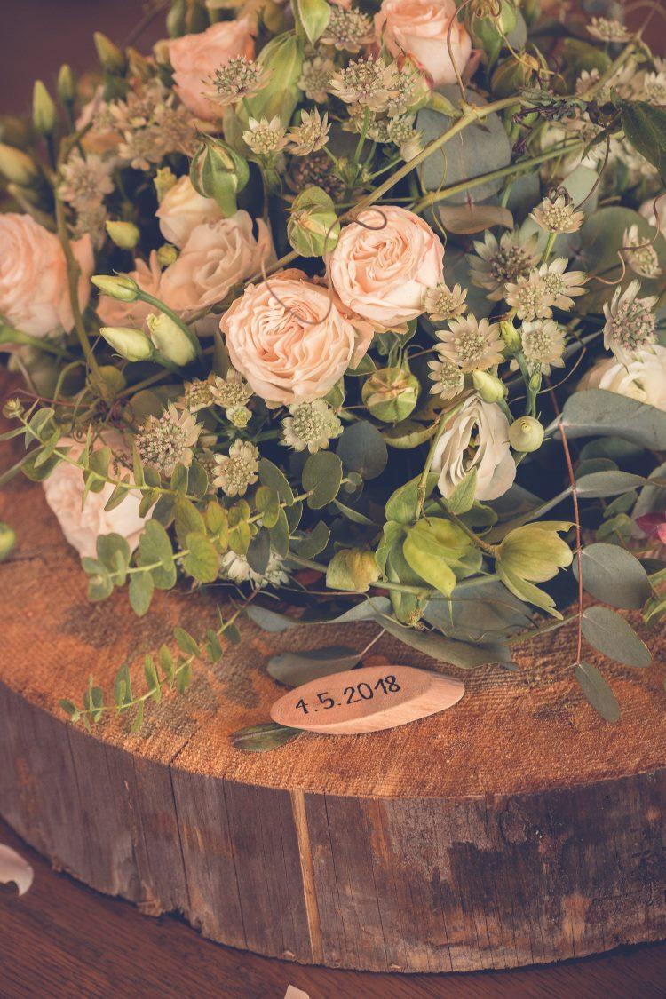 Blumenstrauss mit Hochzeitsdatum gelettert