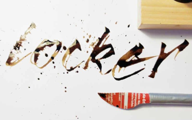 locker - Handlettering mit einer Colafeder geschrieben - Spritzeffekt inklusive
