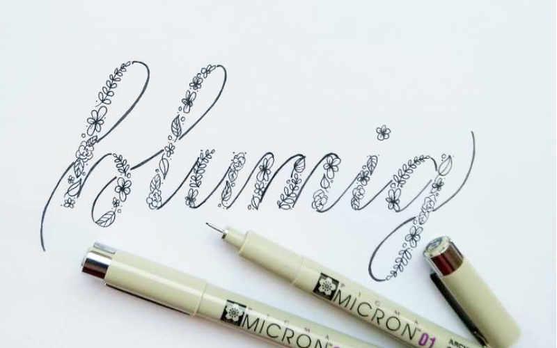 blumig - Handlettering in Faux Calligraphy mit Blumen