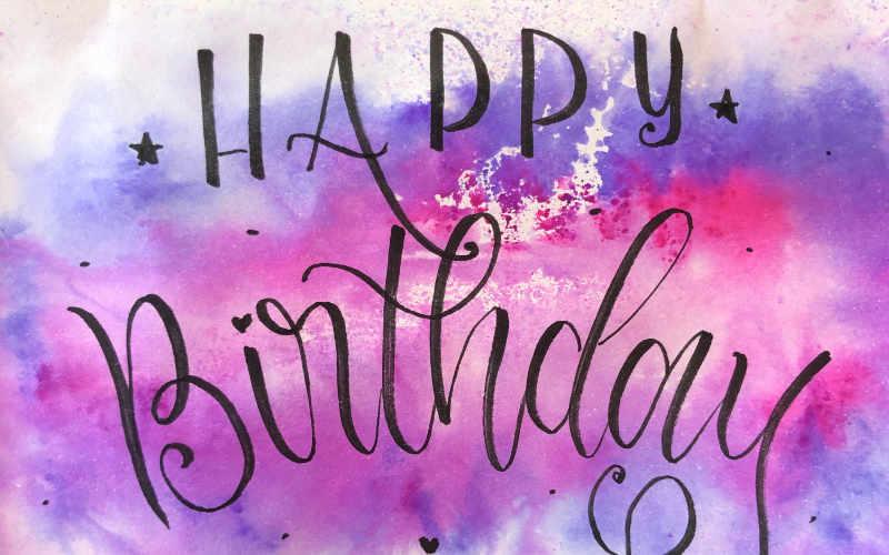Happy Birthday - Geburtstagskarte mit Lettering auf einem Watercolor Hintergrund