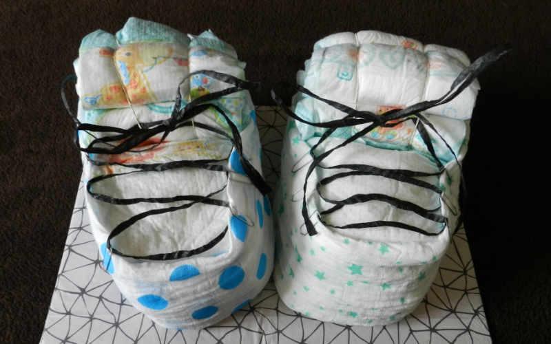 Anleitung: Windelschuhe als Geschenk für Neugeborene