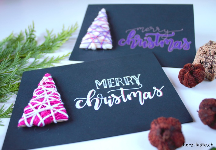 merry christmas - Handlettering Weihnachtskarte mit Tannenbäumen aus Wolle umwickelt