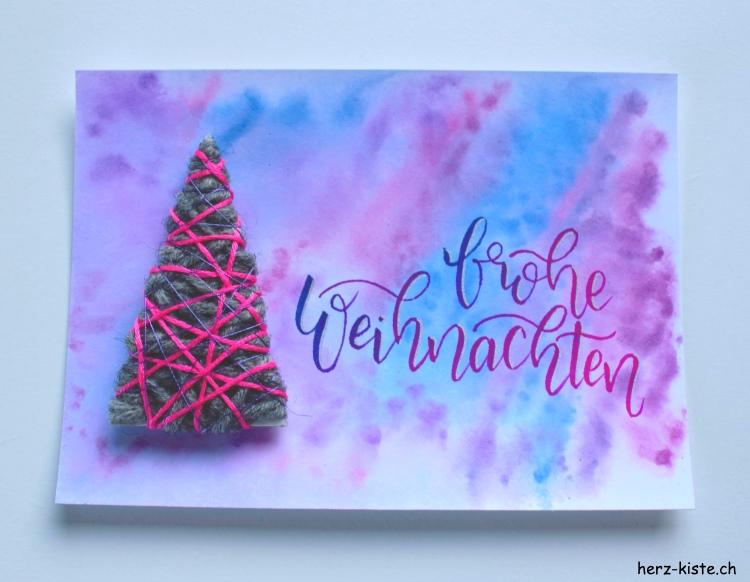 Handlettering frohe Weihnachten auf einer DIY Weihnachtskarte mit Tannenbaum aus Wolle