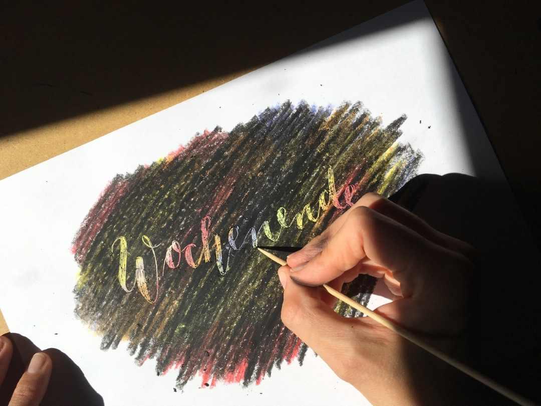 Lettering kratzen auf einem Wachsmalstiften-Bild