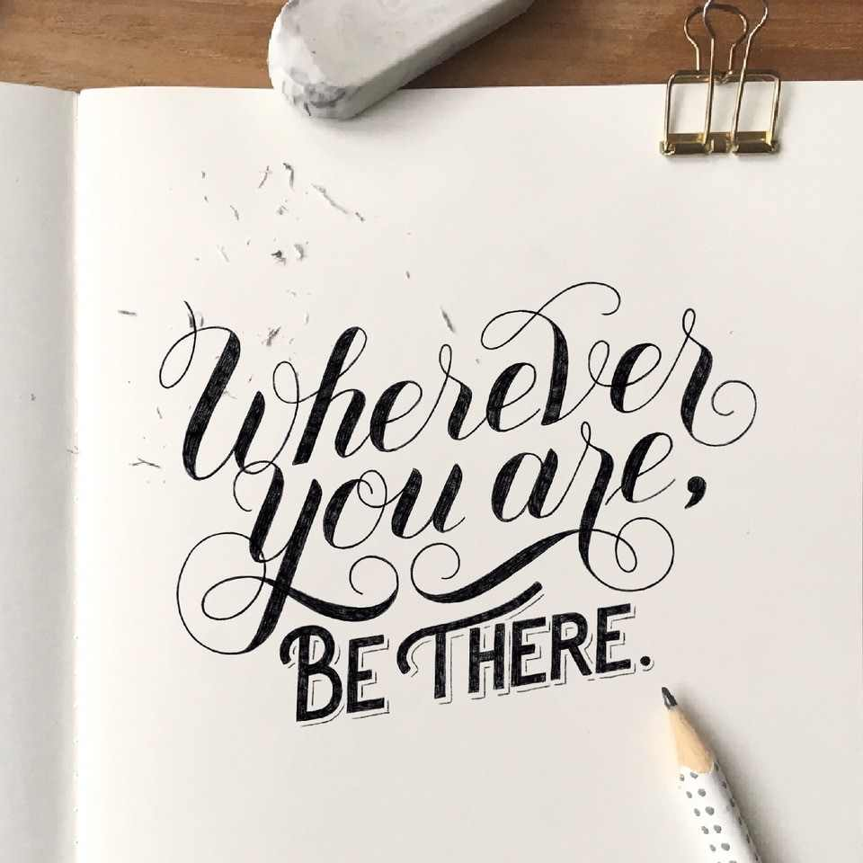 Handlettering in schwarz- wherever you are, be there