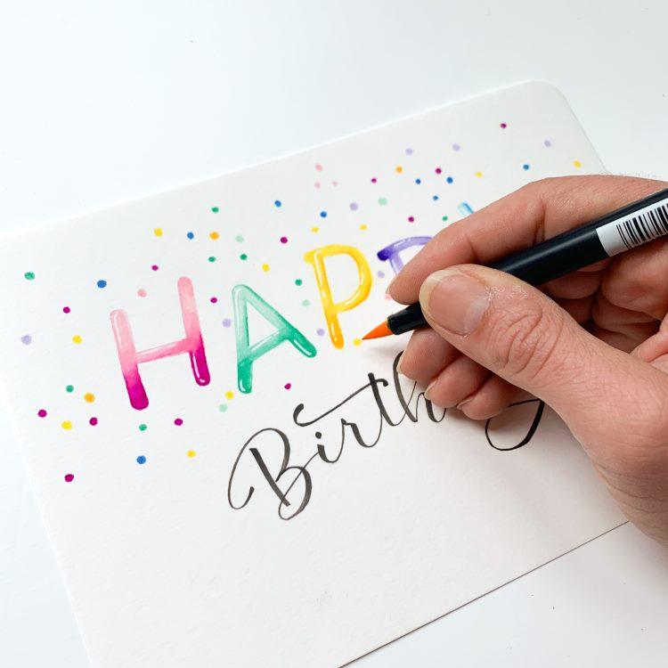 farbige Punkte setzten für Konfetti auf einer Geburtstagskarte mit Handlettering