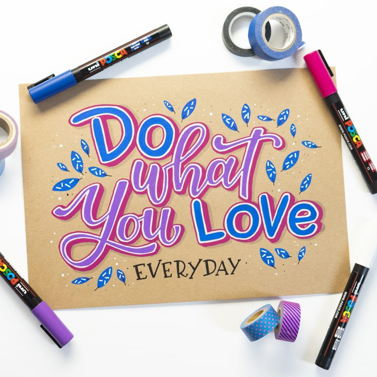 Buntes Lettering auf Kraftpapier: Do what you love everyday