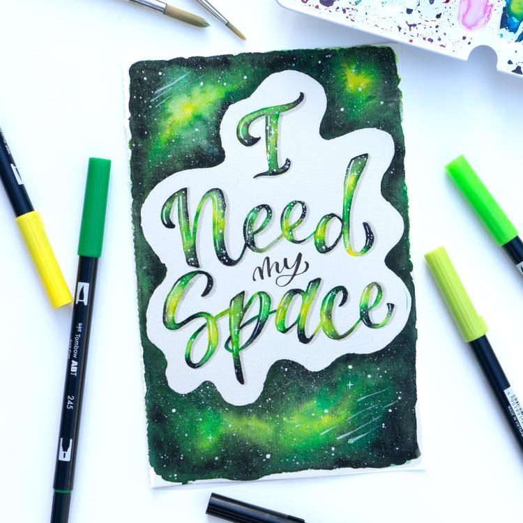 Handlettering auf einem grünen Galaxy Hintergrund - I need my Space