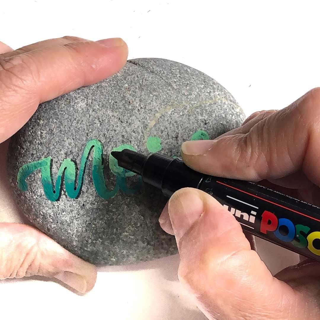 Lettering auf einem Stein mit Schatten