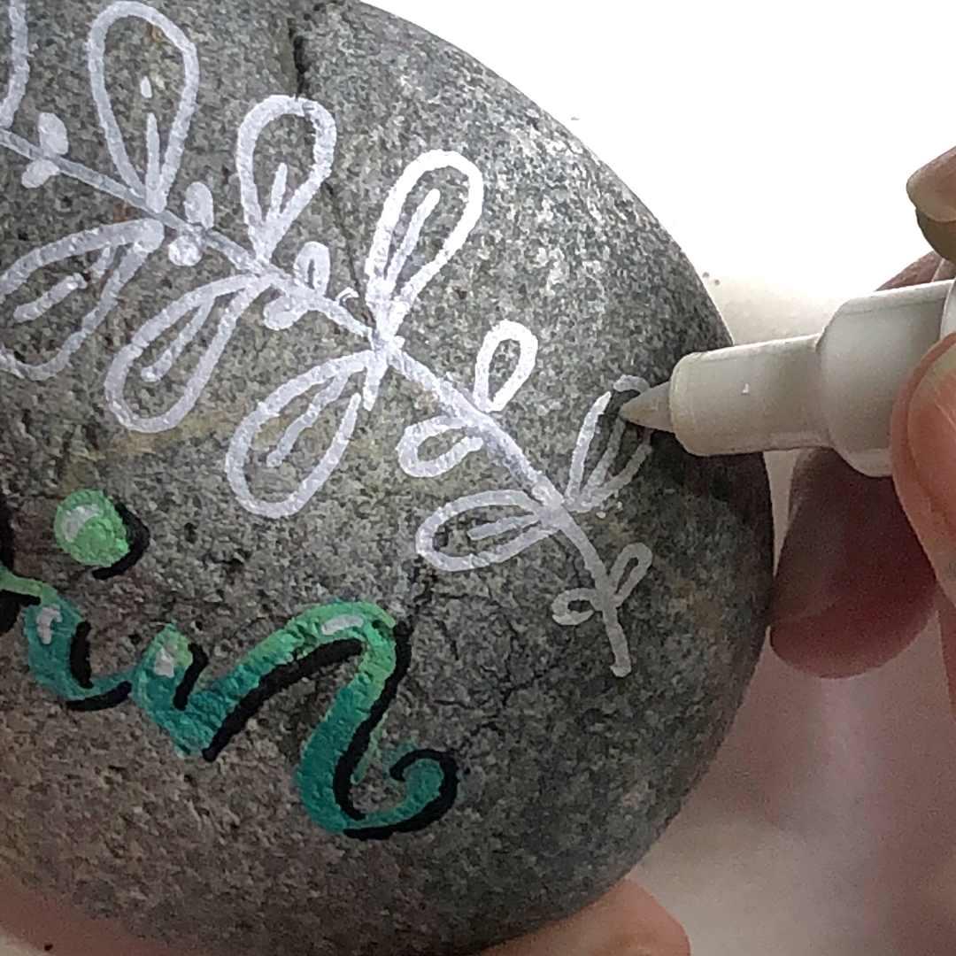 Schreiben und Zeichnen auf Steinen mit Posca