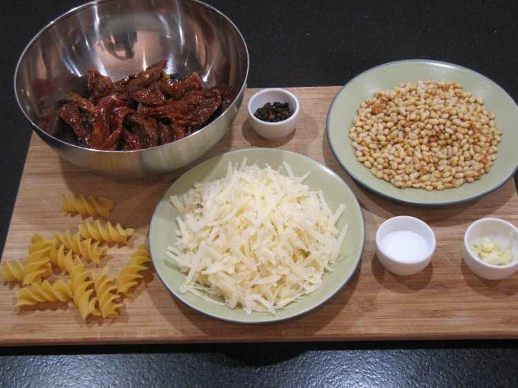 Zutaten für ein einfaches selbstgemachtes Pesto Rosso