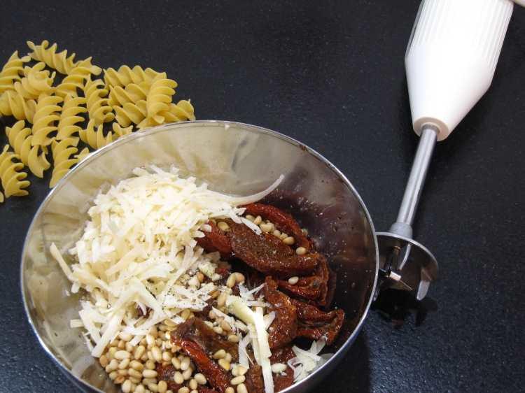 Zutaten für ein selbstgemachtes Pesto Rosso zusammen mischen