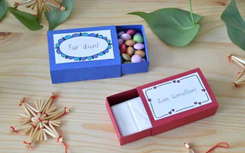 Kleines Geschenk: Zündholzschachtel mit Süssigkeit