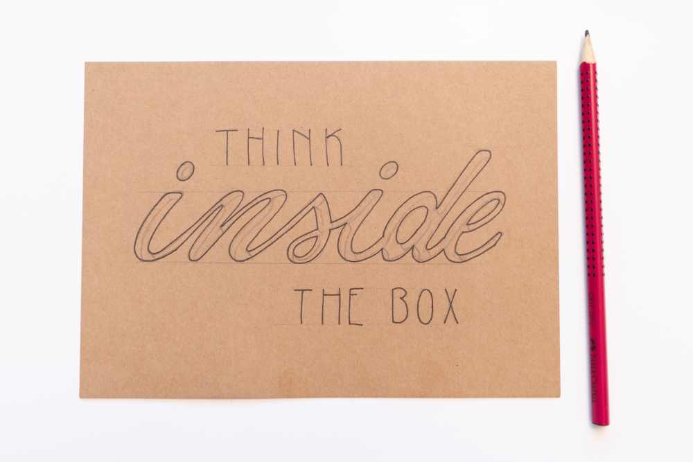 Handlettering Skizze - think inside the box
