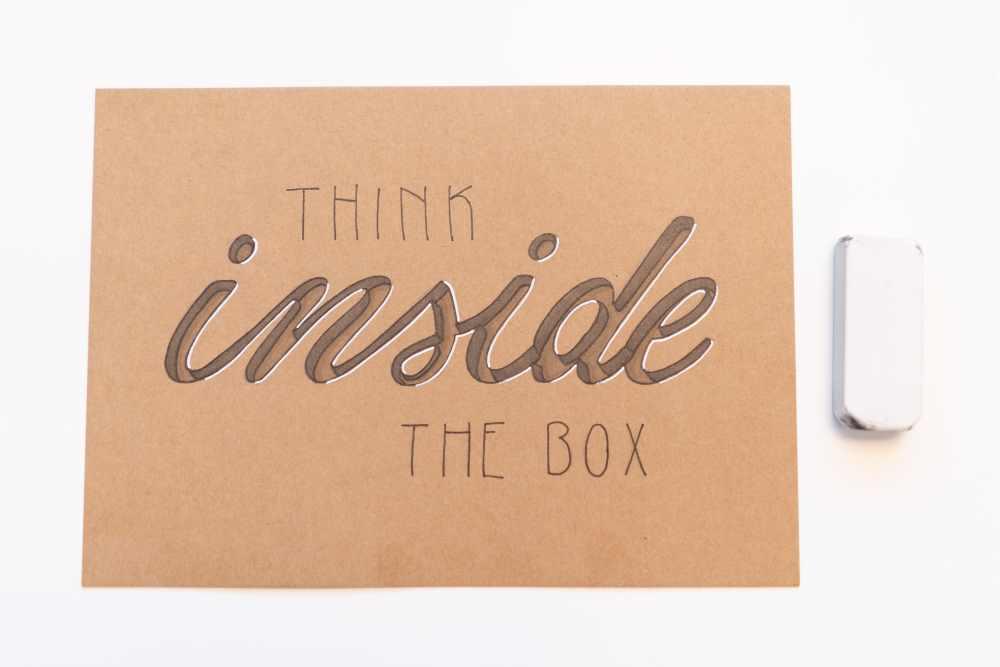 Handlettering mit Anleitung für 3D Schatten im Buchstaben: think inside the box