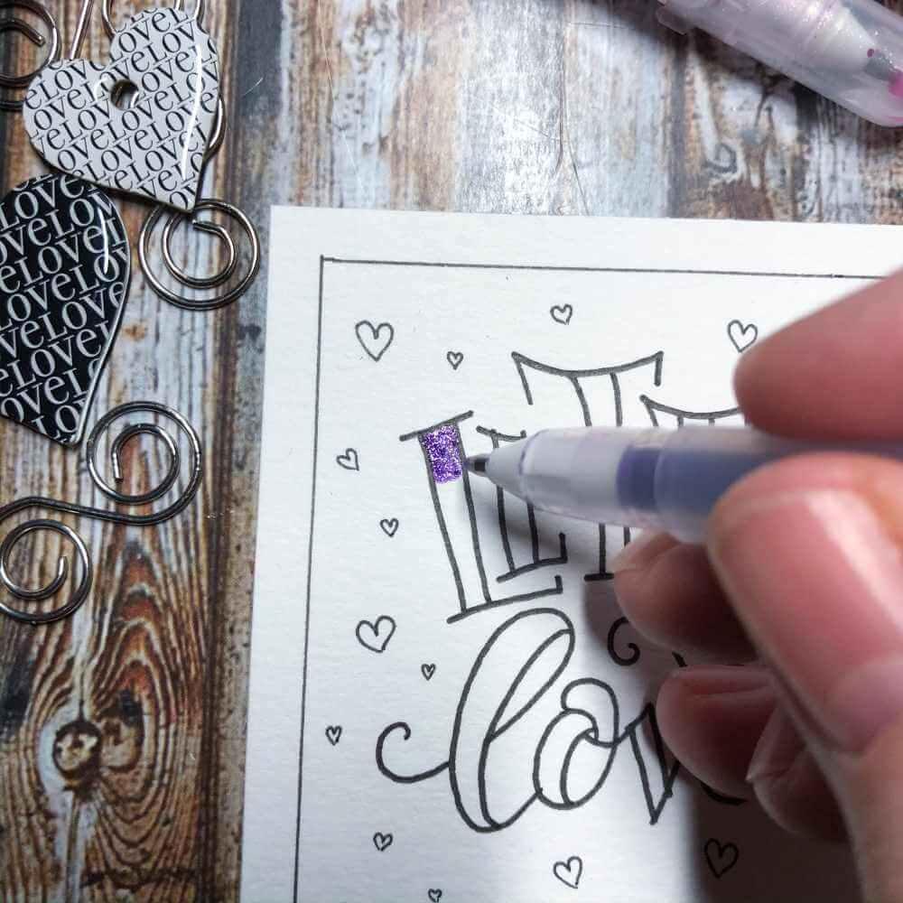 Erste Farbe auftragen mit Glitzerstiften für ein Blending