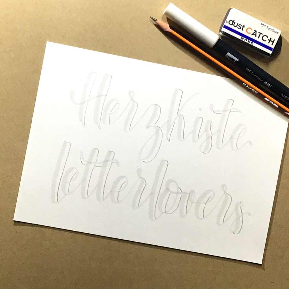 Lettering in Grau mit einer dicken Schatten LInie