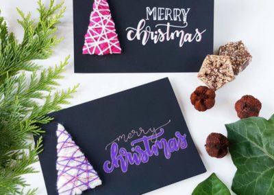 Selbstgemachte Karten zu Weihnachten mit Lettering auf schwarz