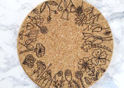Blumen Doodle auf einem Korkuntersetzer gemalt