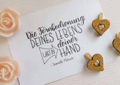 motivierender Spruch mit Lettering: Die Fernbedienung deines Lebens liegt in deiner hand