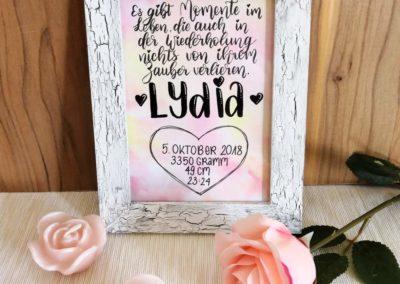 Lydia - Geschenk zur Geburt mit Geburtsdatum und Spruch mit Lettering
