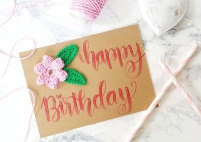 Geburtstagskarte mit Handlettering und Häkelblume