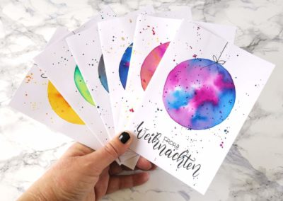 Weihnachtskarten mit Handlettering und bunten Watercolor Kugeln